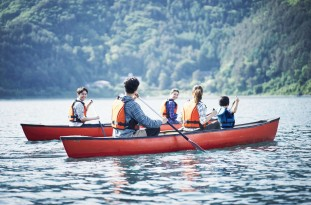 カヌーを漕ぐ家族